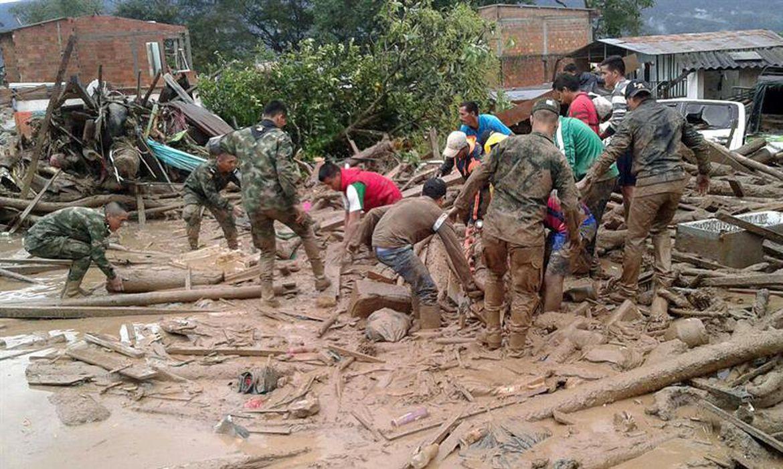 Integrantes do Exército da Colômbia ajudam moradores de Mocoa após avalanche que deixou 112 mortos no município, segundo informou o presidente Juan Manuel Santos