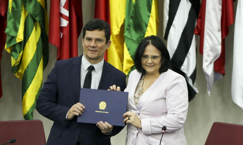 Os ministros da Justiça e Segurança Pública, Sergio Moro, e da Mulher, da Família e dos Direitos Humanos, Damares Alves, durante cerimônia de assinatura de acordo de cooperação técnica para estabelecimento de políticas públicas de combate à