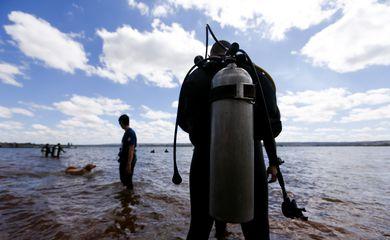 Brasília - Mergulhadores de escolas de mergulho do DF participam de uma ação de limpeza do Lago Paranoá. O objetivo é de resgatar mais de uma tonelada de resíduos das águas do Lago (Marcelo Camargo/Agência Brasil)