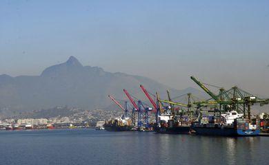 Atracação de navios no Caís do Porto do Rio de Janeiro, guindaste, container.