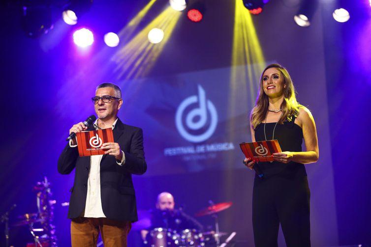 Os apresentadores Mário Sartorello e Karina Cardoso, durante o Festival de Música Nacional FM.