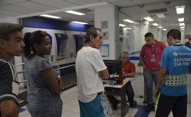 Rio de Janeiro - Atendimento na agência da Caixa Econômica Federal, na Rua Riachuelo, para saque de até R$ 500 em contas do Fundo de Garantia do Tempo de Serviço (FGTS) para os não correntistas do banco nascidos em janeiro.  (Fernando Frazão