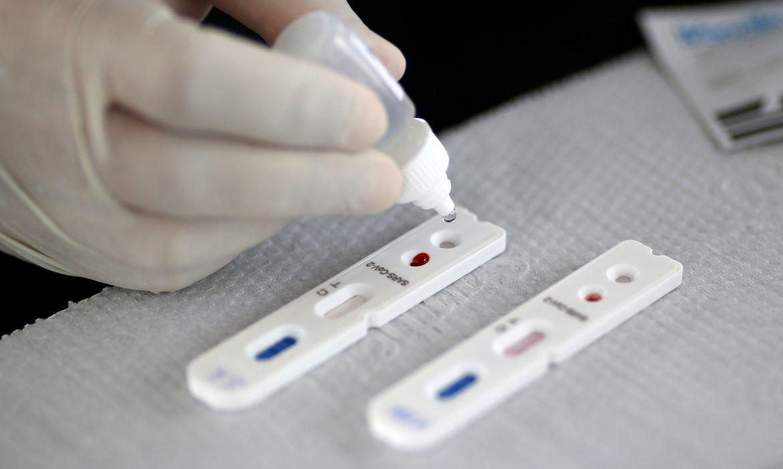 Profissional de saúde realiza teste para o novo coronavírus em Brasília