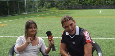 Fernanda conversa com o árbitro de futsal Alexandre Vargas