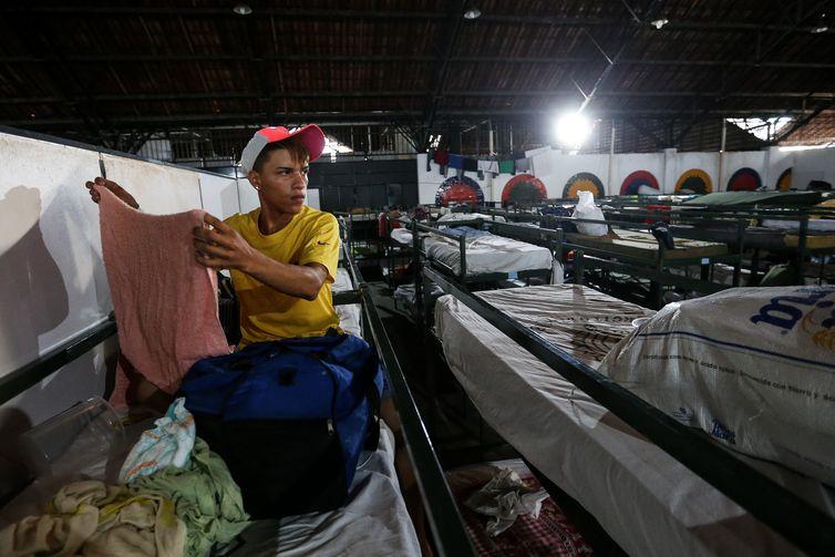 Refugiados são abrigados em instalações provisórias em Boa Vista