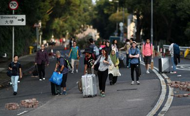 International students of the Chinese University of Hong Kong evacuate with their suitcases after anti-government protesters occupied the campus, in Hong Kong, China, November 15, 2019. REUTERS/Athit Perawongmetha