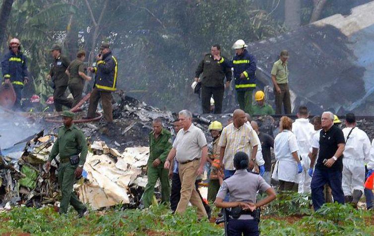 O presidente de Cuba, Miguel Díaz-Canel, visita local da queda do Boeing