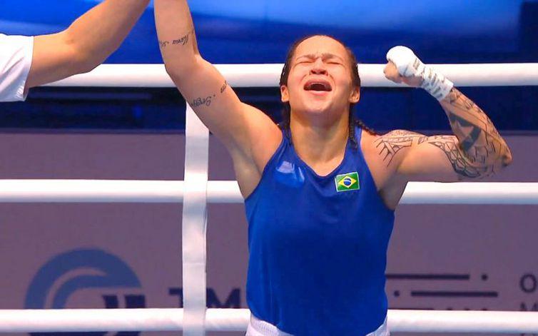 Brasileira Bia Ferreira vence chinesa e é campeã mundial de boxe