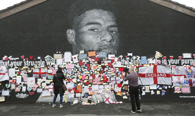 Mural de Marcus Rashford com mensagens de apoio