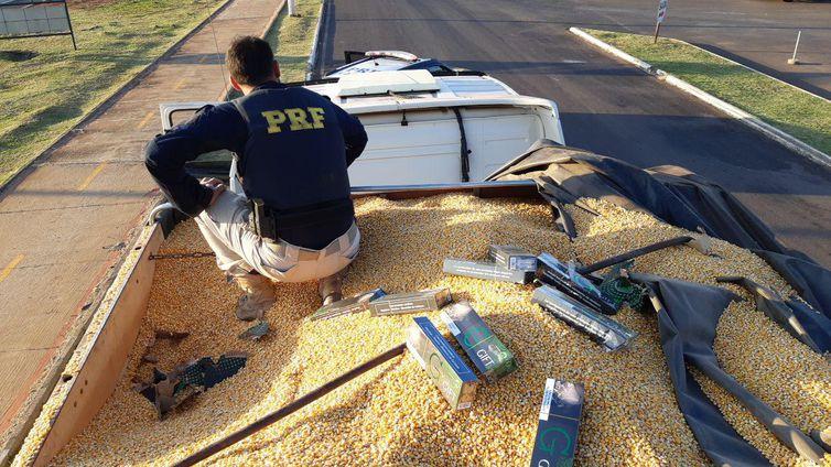 Os cigarros contrabandeados estavam escondidos sob uma camada de milho