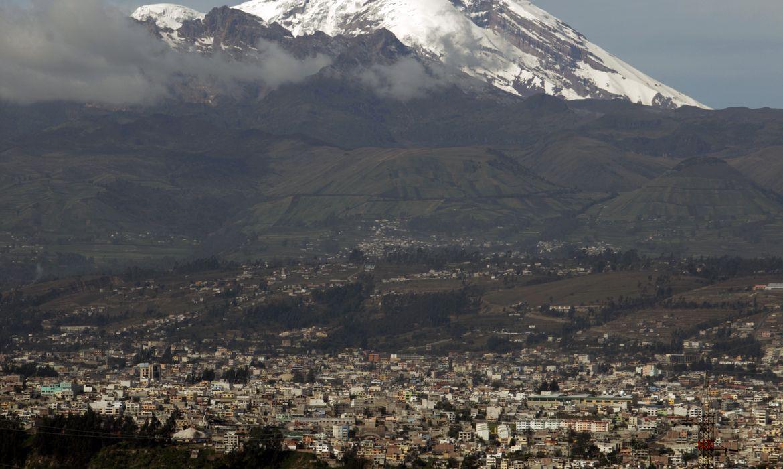 FOTO DE ARCHIVO-Vista de la ciudad de Chimborazo y de la montaña del mismo nombre en Ecuador.