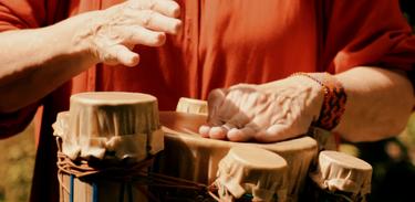 Conheça o trabalho dos luthiers de instrumentos de percussão