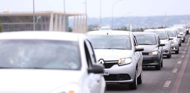 Carros no trânsito de brasília