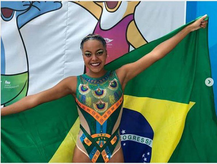 Anna Giulia Veloso, 20 anos, representa a seleção brasileira de nado artístico