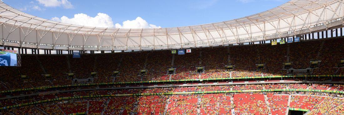 Bandeira da FIFA marca homenagem à organizadora
