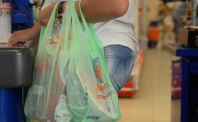 Fim da distribuição gratuita de sacolas plásticas pelos supermercados, que passarão a ser cobradas, com objetivo de reduzir o excesso de plástico descartado no meio ambiente