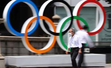 Anéis olímpicos em Tóquio - máscara  - covid-19. Tóquio 2020 - arcos