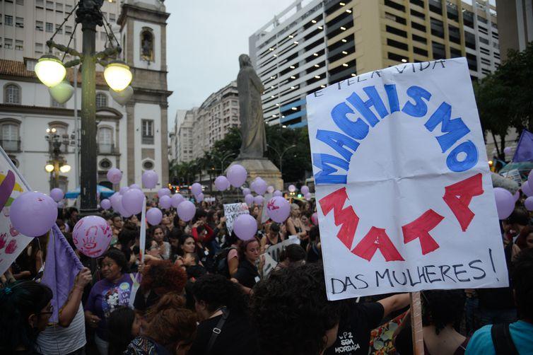 Rio de Janeiro - Mulheres fazem caminhada em solidariedade às manifestações feministas na América Latina, que tem países com alta taxa de feminicídio, segundo a ONU (Fernando Frazão/Agência Brasil)