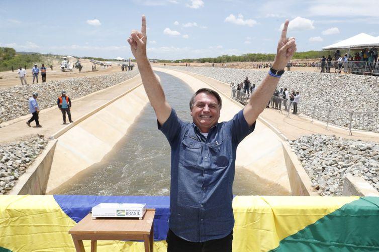 O Presidente Jair Bolsonaro esteve em Sertânia (PE), na manhã desta sexta (19), para participar da cerimônia de acionamento das comportas do 1º trecho do Ramal do Agreste.