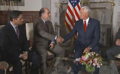Pence anunciou a ajuda para os refugiados durante um ato em Lima com opositores venezuelanos