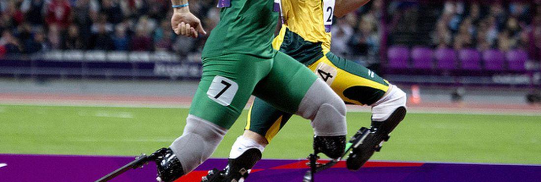 Brasileiro Alan Fonteles vence a estrela Oscar Pistorius na disputa dos 200m rasos T11 (para amputados)