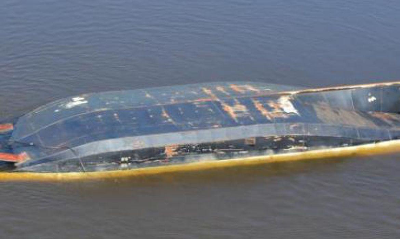 Navio naufraga no rio Paraguai em MS