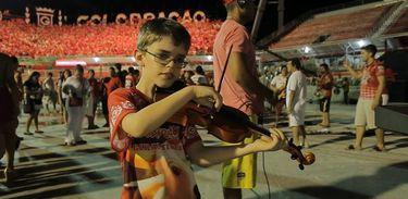 O violinista Jorginho se apresenta no Festival Folclórico de Parintins