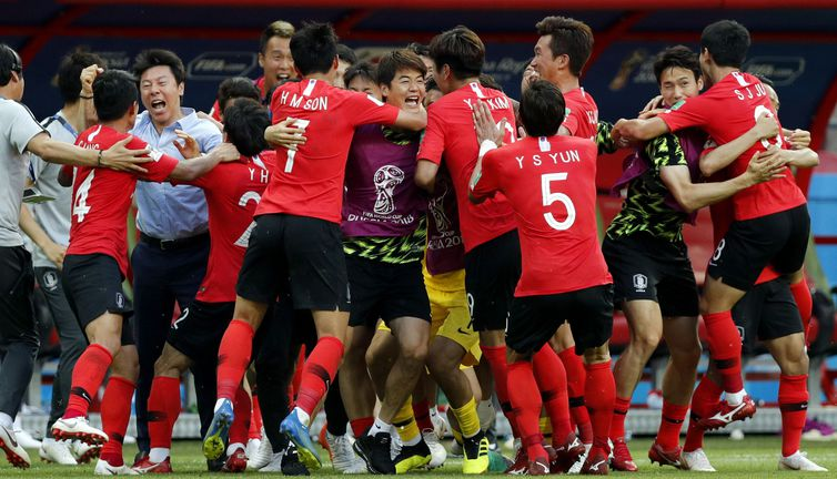 Kazan (Russian Federation), 27/06/2018.- Players of South Korea celebrate the opening goal during the FIFA World Cup 2018 group F preliminary round soccer match between South Korea and Germany in Kazan, Russia, 27 June 2018. (RESTRICTIONS APPLY: