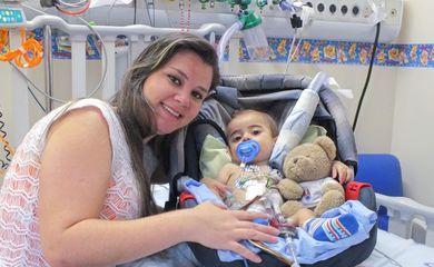 O bebê Gustavo e a mãe Luane no Incor