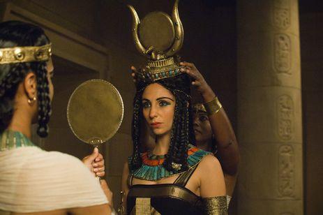 Cleópatra (Julia Anastasopoulos) vestida como a deusa Isis