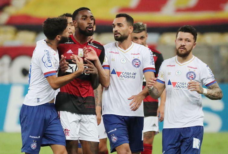 Meia Gerson, do Flamengo, cercado por jogadores do Bahia