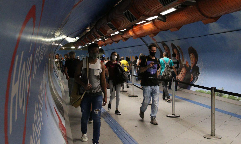 Usuários do transporte público na passagem subterrânea entre as estações Consolação e Paulista do metrô durante a fase emergencial da pandemia de covid-19.