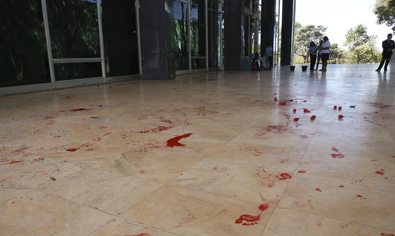 Um grupo de cerca de 20 pessoas, jogaram tinta vermelha no Supremo Tribunal Federal (STF) Entre outras coisas, eles gritavam