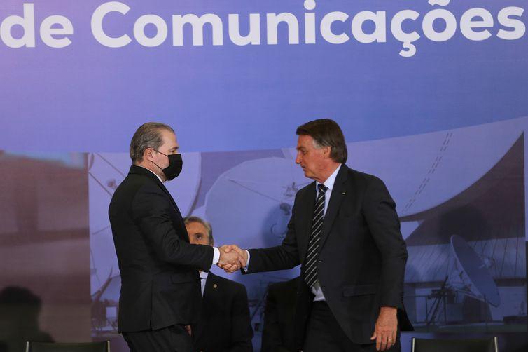 O presidente da República, Jair Bolsonaro, cumprimenta o ministro do STF, Dias Toffoli, durante a entrega do Prêmio Marechal Rondon de Comunicações no Palácio do Planalto