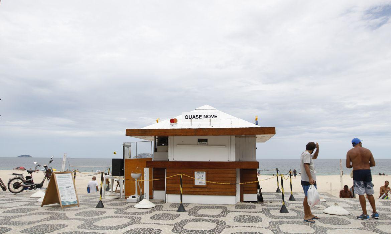 Quiosques das praias do Rio estão  fechados em cumprimento ao decreto municipal.As novas restrições impostas pela prefeitura do Rio, para tentar combater o avanço da Covid-19