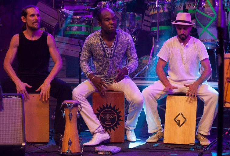 Percussionistas da banda Frapadingos no Festival na Lata na faixa Verão da TV Brasil