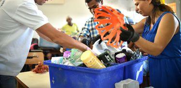 Catadores são instruídos sobra a forma correta de separar o lixo