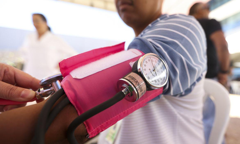 Brasília - Cidadãos fazem exames para verificar pressão arterial e de glicemia durante mutirão de atendimento e de orientação jurídica para esclarecer dúvidas sobre saúde pública e planos de saúde (Marcelo Camargo/Agência Brasil)