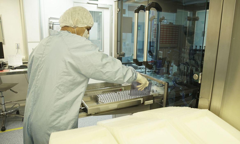 As vacinas seguem agora para o Controle de Qualidade interno de Bio-Manguinhos, onde uma análise minuciosa irá garantir a sua integridade e segurança (foto: Bio-Manguinhos/Fiocruz)