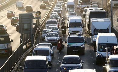 Trânsito de veículos em túnel de Londres