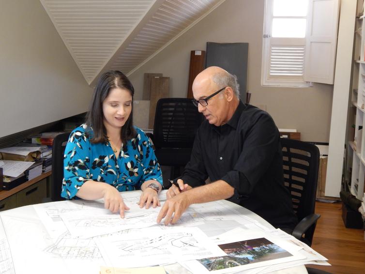 Gabriella Zubelli e o arquiteto e urbanista Mauricio Prochnik trabalham num projeto com ações de acessibilidade