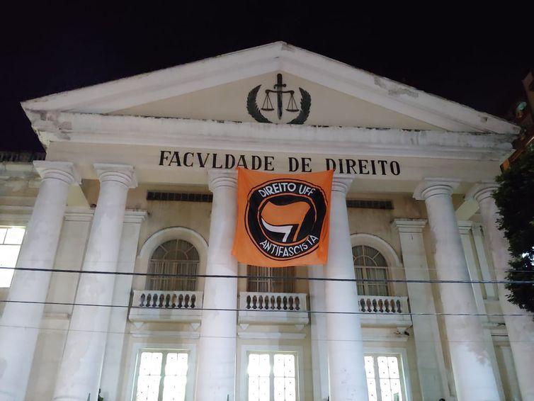 Bandeira antifascismo é colocada na UFF