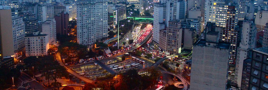 Transito intenso no Vale do Anhangabaú, região central no final da tarde desta sexta-feira (6).