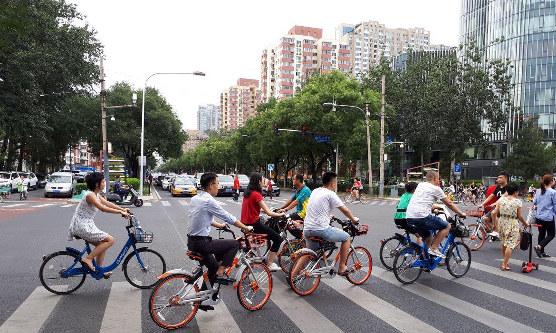 Moradores de Pequim usam as bicicletas compartilhadas para se locomover pela capital chinesa