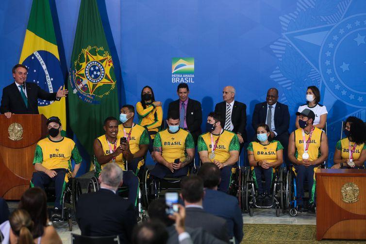 O presidente da República, Jair Bolsonaro, participa da cerimônia de recepção aos atletas olímpicos e paralímpicos que participaram da Olimpíada de Tóquio no Palácio do Planalto