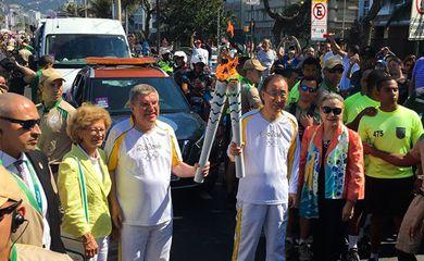 O presidente do Comitê Olímpico Internacional, Thomas Bach, e o secretário-geral das Nações Unidas (ONU) Ban Ki-moon, recebem a tocha olímpica (Divulgação/ONU)