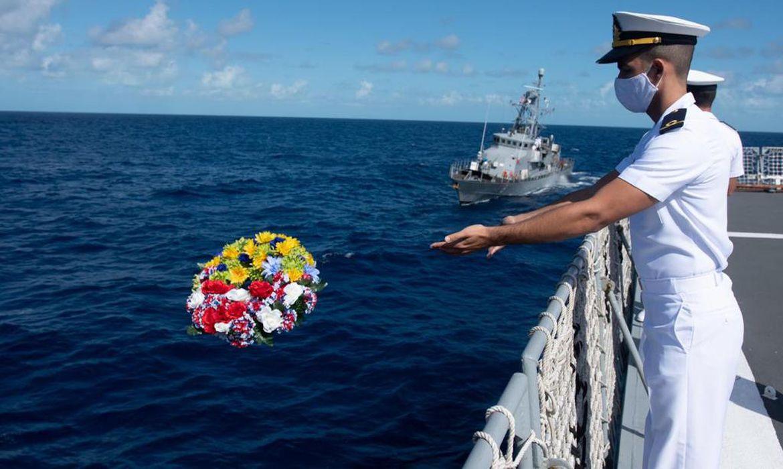 Navios do Brasil e dos EUA homenagem mortos no submarino norte-americano R-12 durante a 2ª Guerra Mundial