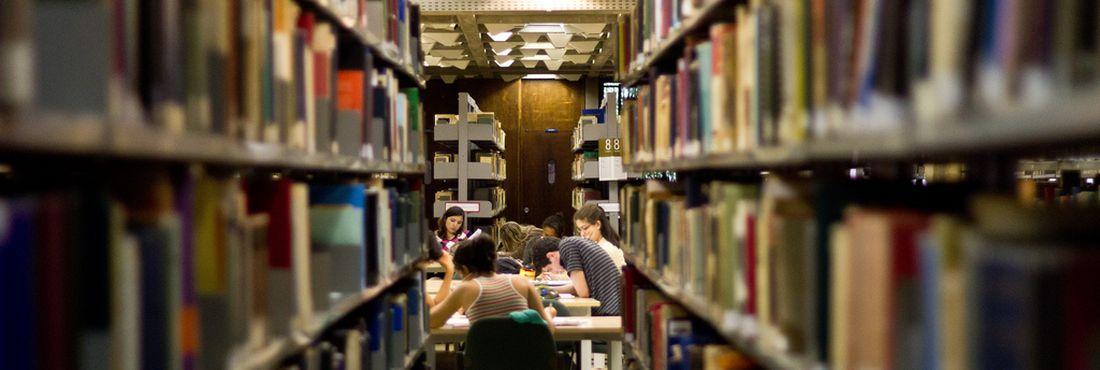 Estudantes na biblioteca