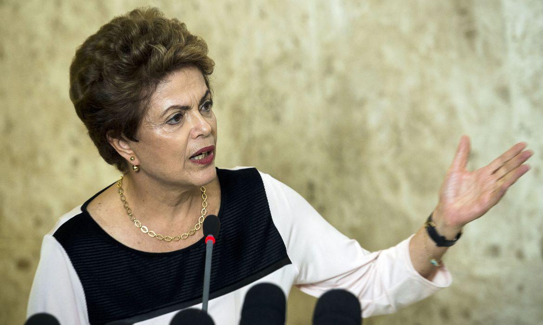 Brasília - Presidenta Dilma Rousseff concede entrevista coletiva após reunião com juristas em ato para denunciar a falta de base jurídica do pedido de abertura do processo de impeachment (Marcelo Camargo/Agência Brasil)