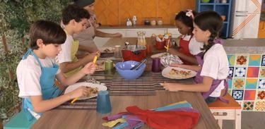 Após cozinhar, as crianças provam e aprovam a receita no Cozinhadinho